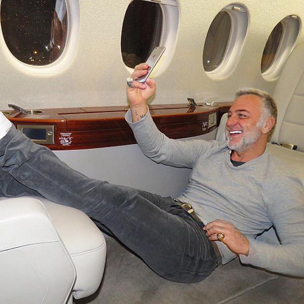 Jet Privato Cade : Gianluca vacchi selfie sul jet privato pagina