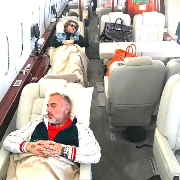Jet Privato Roma Ibiza : Gianluca vacchi dorme sul suo jet privato pagina